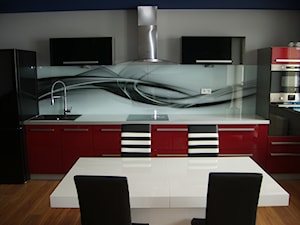 Kuchnia czerwona z grafiką