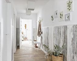 Meble do przedpokoju KERRADECO - Średni biały hol / przedpokój, styl rustykalny - zdjęcie od VOX