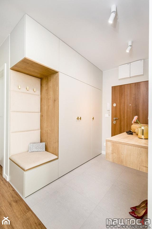 """Apartament """" Po Włosku"""" - Średni biały hol / przedpokój - zdjęcie od JN STUDIO JOANNA NAWROCKA"""