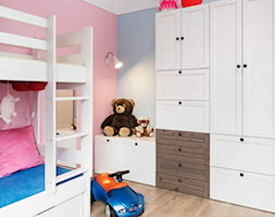 Mieszkanie kolorowe - Mały biały różowy niebieski pokój dziecka dla chłopca dla dziewczynki dla rodzeństwa dla malucha dla nastolatka, styl skandynawski - zdjęcie od JN STUDIO JOANNA NAWROCKA