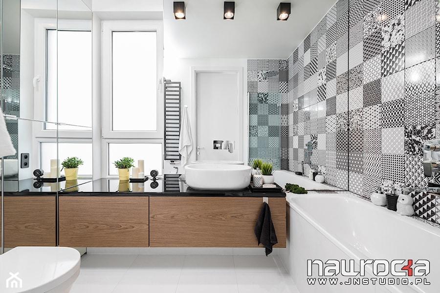 Mieszkanie Wrocław 78mkw - Średnia biała szara łazienka w bloku w domu jednorodzinnym z oknem - zdjęcie od JN STUDIO JOANNA NAWROCKA