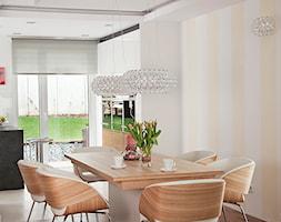 Dom 150m - Średnia otwarta biała żółta jadalnia w salonie, styl nowoczesny - zdjęcie od JN STUDIO JOANNA NAWROCKA
