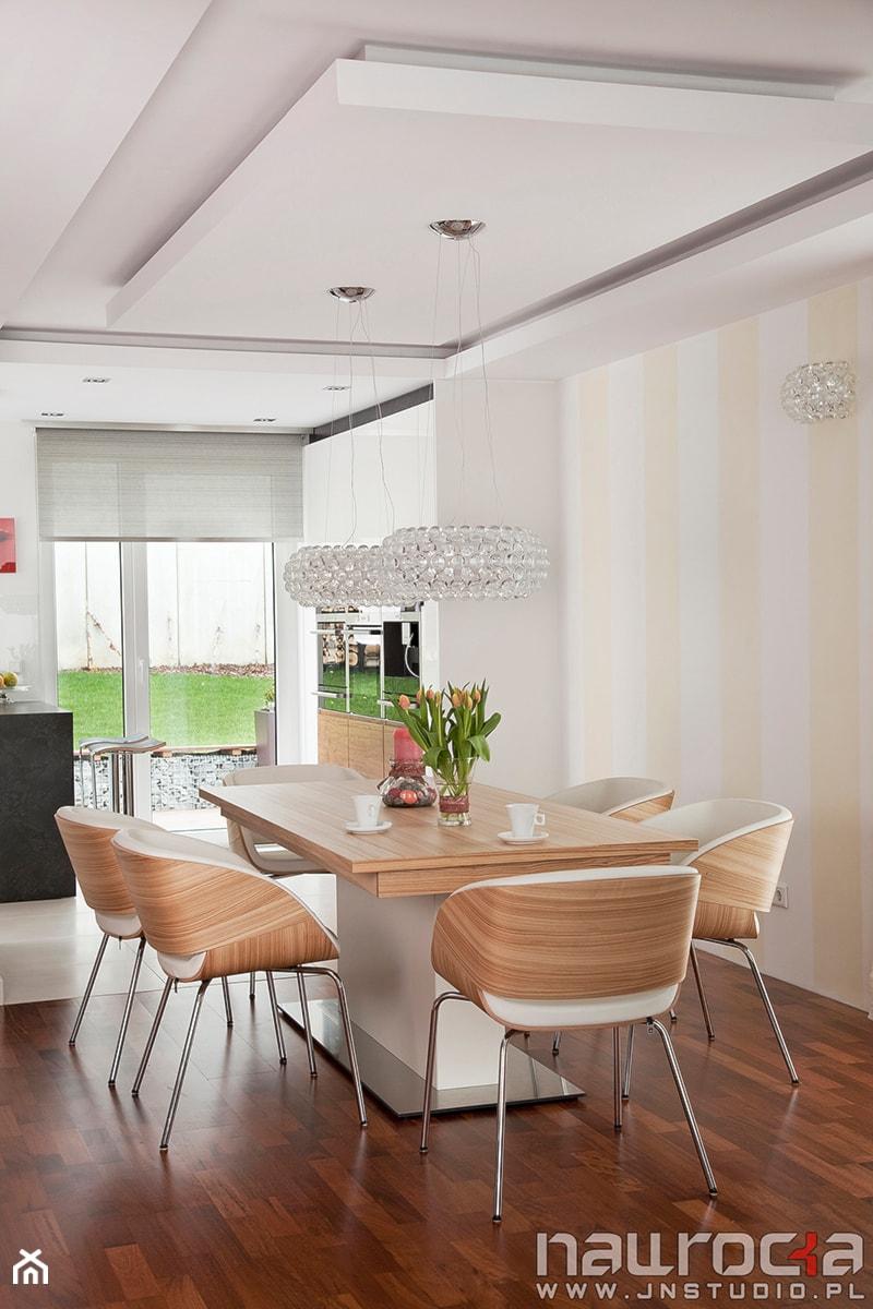Aranżacje wnętrz - Jadalnia: Dom 150m - Średnia otwarta biała żółta jadalnia w salonie, styl nowoczesny - JN STUDIO JOANNA NAWROCKA. Przeglądaj, dodawaj i zapisuj najlepsze zdjęcia, pomysły i inspiracje designerskie. W bazie mamy już prawie milion fotografii!