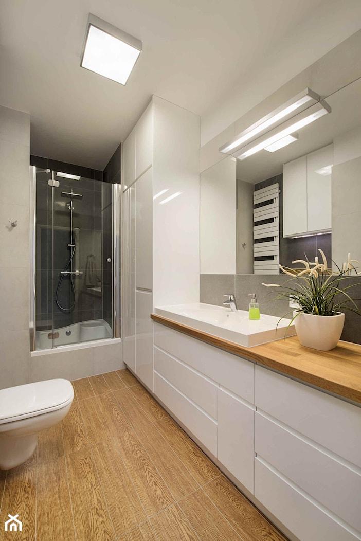 Mieszkanie kolorowe - Średnia szara łazienka bez okna, styl nowoczesny - zdjęcie od JN STUDIO JOANNA NAWROCKA - Homebook