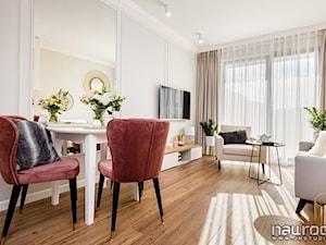 """Apartament """" Po Włosku"""" - Średni biały salon z jadalnią z tarasem / balkonem - zdjęcie od JN STUDIO JOANNA NAWROCKA"""