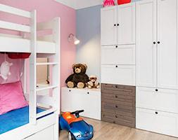 Pokó - Mały biały szary różowy pokój dziecka dla chłopca dla dziewczynki dla rodzeństwa dla malucha, styl vintage - zdjęcie od JN STUDIO JOANNA NAWROCKA