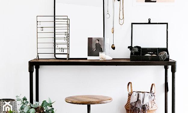 metalowe biurko z drewnianym blatem, drewniany taboret, lustro z metalową ramą, wiklinowy koszyk
