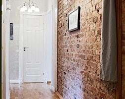 cegla/inspiracje pozyskane z Pinterest - Średni biały brązowy hol / przedpokój, styl skandynawski - zdjęcie od Maison Studio - Architektura Wnetrz. Żaklina Litwa
