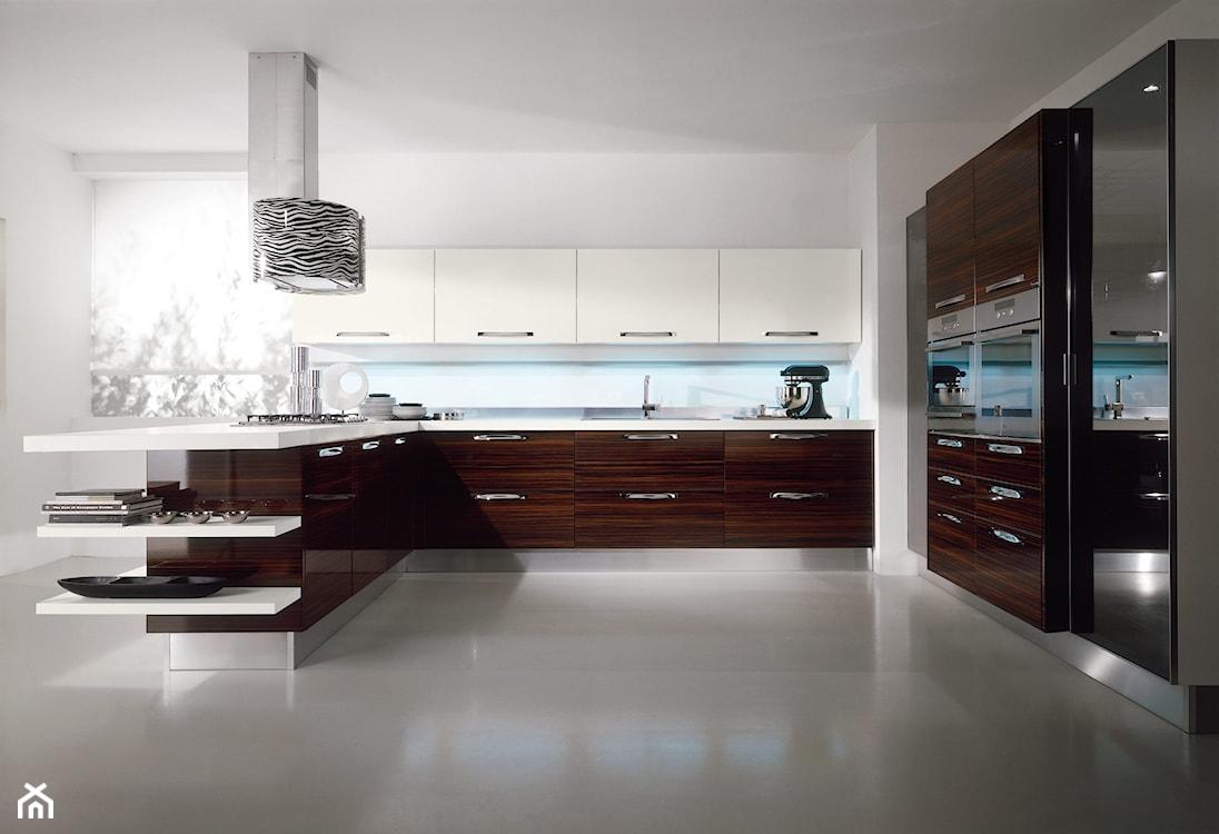 biało brązowa kuchnia w stylu nowoczesnym, biały blat kuchenny