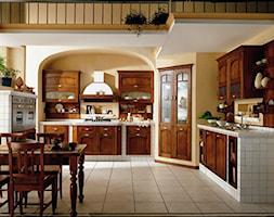 Kuchnie - Duża otwarta żółta kuchnia w kształcie litery l z oknem, styl prowansalski - zdjęcie od Radius Centrum Meble