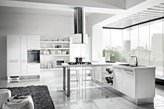 całkowicie biała kuchnia, szary dywan z długim włosiem, nowoczesna kuchnia
