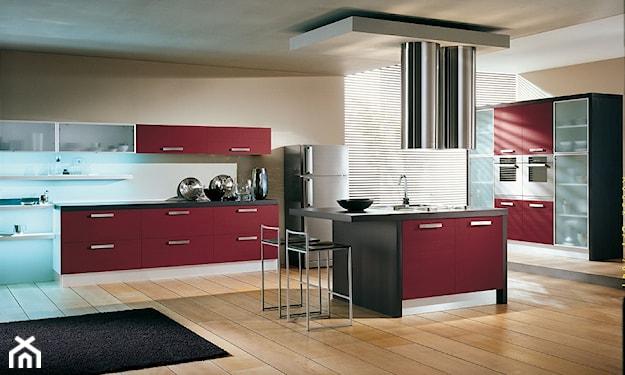 drewniana podłoga, bordowe szafki kuchenne, nowoczesna kuchnia