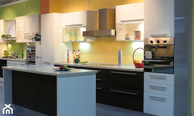 białe meble kuchenne, żółta ściana, szara podłoga, żółte ściany w kuchni