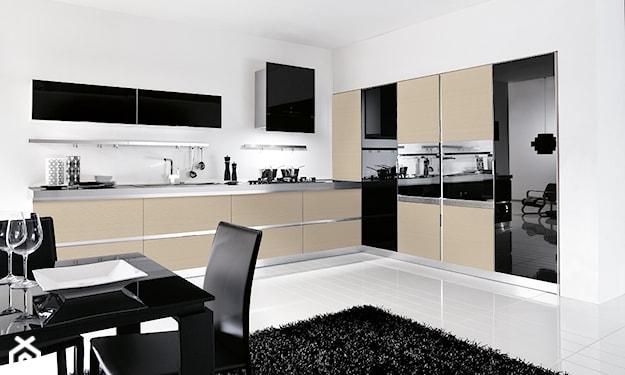 biała podłoga, czarny dywan, beżowe meble kuchenne