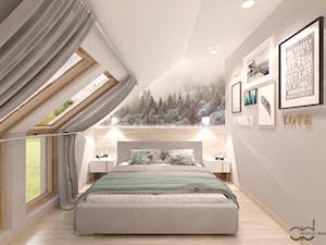 Sypialnia - Średnia biała szara sypialnia małżeńska na poddaszu, styl skandynawski - zdjęcie od ANIMA-DESIGN