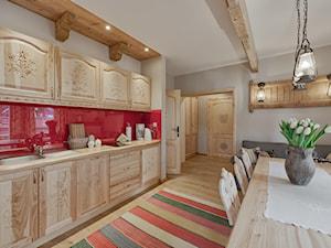 Willa Tatiana II - Duża otwarta zamknięta czerwona kuchnia jednorzędowa w aneksie, styl eklektyczny - zdjęcie od STUDIO FORMY BIURO ARCHITEKTONICZNE AGNIESZKA BURZYKOWSKA- WALKOSZ
