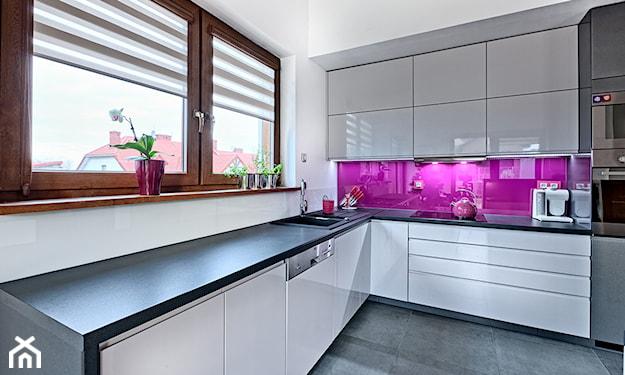 fioletowe wykończenie nad kuchennym blatem