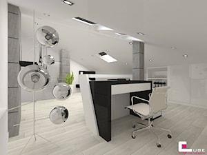 Dom w Markach - Średnie szare białe biuro domowe kącik do pracy na poddaszu w pokoju, styl nowoczesny - zdjęcie od CUBE Interior Design