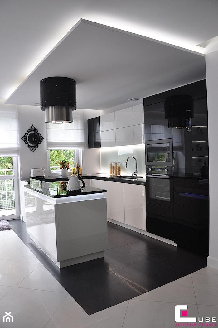 Mieszkanie Białołęka, Warszawa - Średnia otwarta biała kuchnia w kształcie litery g w aneksie z wyspą, styl nowoczesny - zdjęcie od CUBE Interior Design - Homebook