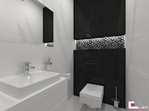 Dom w Lipkowie - Mała biała czarna łazienka na poddaszu w bloku w domu jednorodzinnym bez okna, styl nowoczesny - zdjęcie od CUBE Interior Design