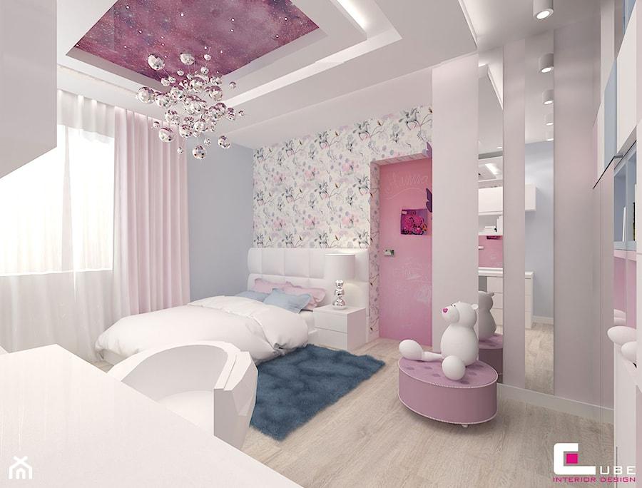 Projekt wnętrz domu w Wołominie - Średni biały szary pokój dziecka dla dziewczynki dla ucznia dla nastolatka, styl glamour - zdjęcie od CUBE Interior Design