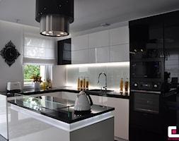 Średnia otwarta biała kuchnia w kształcie litery l z wyspą, styl glamour - zdjęcie od CUBE Interior Design