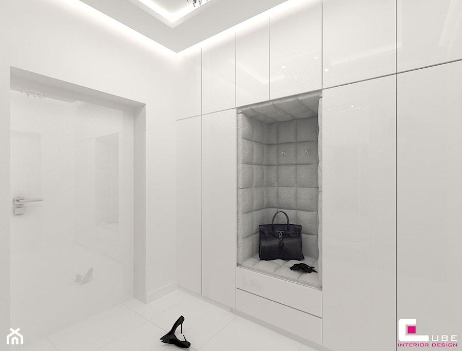 DOM POD LEGNICĄ - Mały biały hol / przedpokój, styl glamour - zdjęcie od CUBE Interior Design
