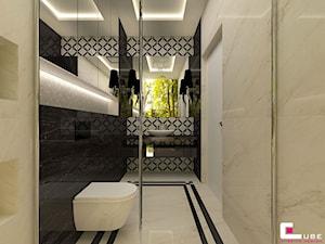 Dom pod Zambrowem - Mała beżowa czarna szara łazienka na poddaszu w bloku w domu jednorodzinnym bez okna, styl nowoczesny - zdjęcie od CUBE Interior Design