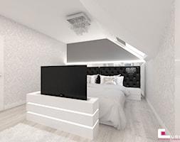 Dom w Kępie Okrzewskiej - Średnia biała szara sypialnia dla gości na poddaszu, styl glamour - zdjęcie od CUBE Interior Design