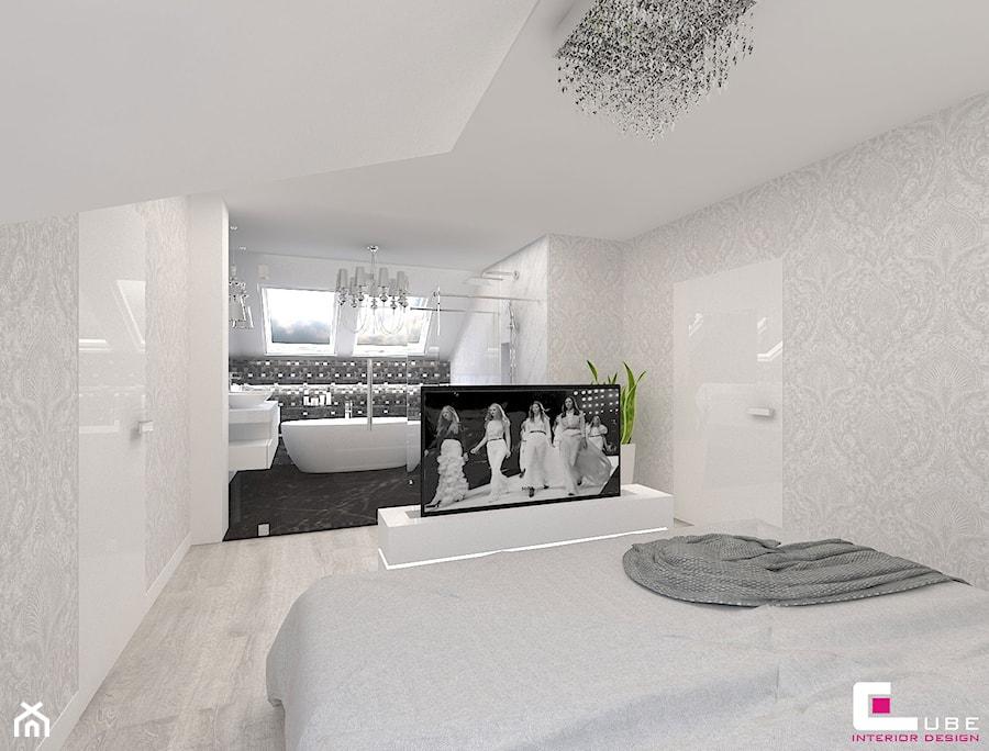 Aranżacje wnętrz - Sypialnia: Dom w Kępie Okrzewskiej - Duża biała szara sypialnia małżeńska na poddaszu z łazienką, styl glamour - CUBE Interior Design. Przeglądaj, dodawaj i zapisuj najlepsze zdjęcia, pomysły i inspiracje designerskie. W bazie mamy już prawie milion fotografii!