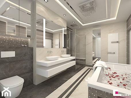 DOM Z ANTRESOLĄ - Średnia biała szara łazienka na poddaszu w bloku w domu jednorodzinnym bez okna, styl art deco - zdjęcie od CUBE Interior Design