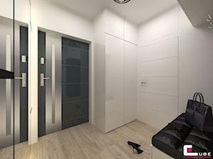 DOM W KOBYŁCE - Mały biały hol / przedpokój, styl nowoczesny - zdjęcie od CUBE Interior Design
