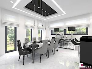 Dom w Kępie Okrzewskiej - Średnia otwarta biała jadalnia w kuchni, styl glamour - zdjęcie od CUBE Interior Design