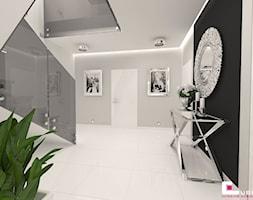 DOM POD LEGNICĄ - Średni biały czarny szary hol / przedpokój, styl glamour - zdjęcie od CUBE Interior Design - Homebook