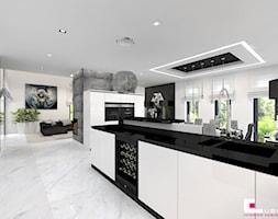Dom w Kępie Okrzewskiej - Duża otwarta biała czarna kuchnia w kształcie litery l w aneksie z wyspą z oknem, styl glamour - zdjęcie od CUBE Interior Design