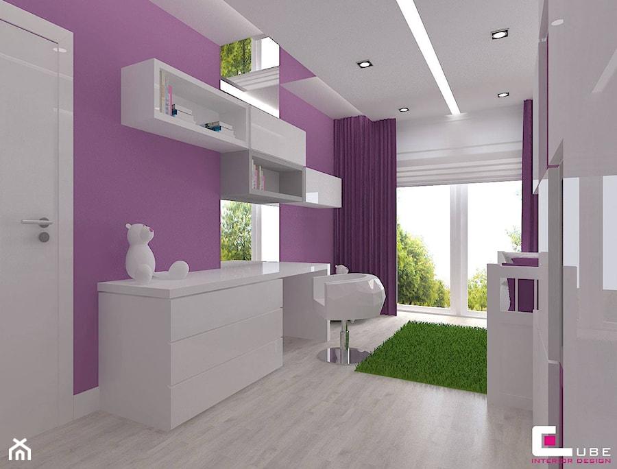 Dom w Lipkowie - Średni biały fioletowy pokój dziecka dla dziewczynki dla ucznia dla nastolatka, styl nowoczesny - zdjęcie od CUBE Interior Design