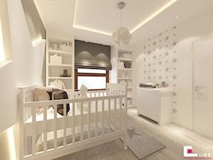 Dom na Zaciszu - Średni biały beżowy pokój dziecka dla dziewczynki dla niemowlaka, styl nowoczesny - zdjęcie od CUBE Interior Design