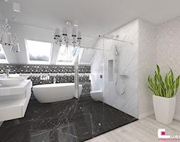 Dom w Kępie Okrzewskiej - Średnia biała łazienka na poddaszu w domu jednorodzinnym z oknem, styl glamour - zdjęcie od CUBE Interior Design