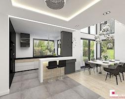 DOM W KOBYŁCE - Średnia otwarta biała szara kuchnia w kształcie litery g z wyspą z oknem, styl nowoczesny - zdjęcie od CUBE Interior Design