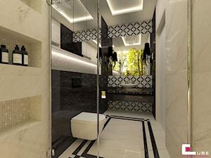 DOM Z ANTRESOLĄ - Średnia biała beżowa czarna łazienka z oknem, styl art deco - zdjęcie od CUBE Interior Design