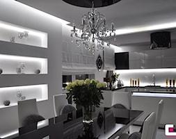 Średnia otwarta szara jadalnia w salonie, styl glamour - zdjęcie od CUBE Interior Design