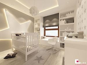 Dom na Zaciszu - Średni biały szary pokój dziecka dla chłopca dla dziewczynki dla niemowlaka, styl nowoczesny - zdjęcie od CUBE Interior Design
