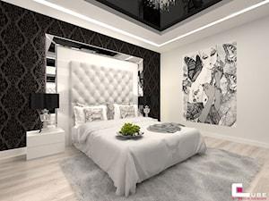 DOM POD LEGNICĄ - Średnia biała czarna sypialnia małżeńska, styl glamour - zdjęcie od CUBE Interior Design