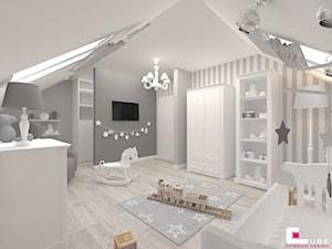 Dom w Kępie Okrzewskiej - Duży biały szary pokój dziecka dla chłopca dla dziewczynki dla niemowlaka, styl klasyczny - zdjęcie od CUBE Interior Design