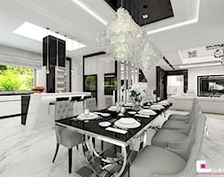 Projekt wnętrz domu w Wołominie - Średnia otwarta biała jadalnia w kuchni w salonie, styl glamour - zdjęcie od CUBE Interior Design