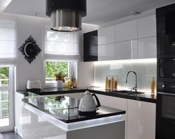 Mieszkanie Białołęka, Warszawa - Średnia otwarta biała kuchnia w kształcie litery l w aneksie z wyspą, styl glamour - zdjęcie od CUBE Interior Design
