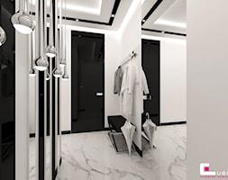 Mieszkanie pokazowe w Konstancinie-Jeziornie - Średni biały czarny hol / przedpokój, styl art deco - zdjęcie od CUBE Interior Design