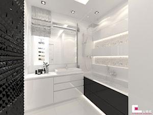 Mieszkanie 70 m2 w Warszawie - Mała biała łazienka na poddaszu w bloku w domu jednorodzinnym bez okna, styl nowoczesny - zdjęcie od CUBE Interior Design
