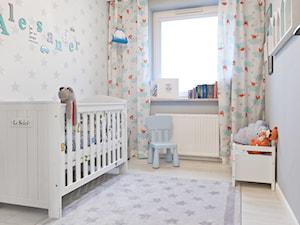 Mieszkanie - Gdynia Karwiny - Średni biały szary pokój dziecka dla chłopca dla niemowlaka dla malucha, styl skandynawski - zdjęcie od Autors.KA