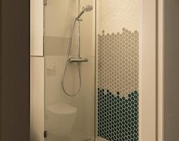 Apartament - Garnizon - Mała szara łazienka w bloku w domu jednorodzinnym bez okna, styl skandynaw ... - zdjęcie od Autors.KA - Homebook